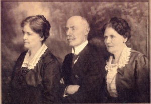 The three Reeves siblings,  Beulah Reeves Manlike, Walter Rogers, and Augusta Hearn, ca. 1930